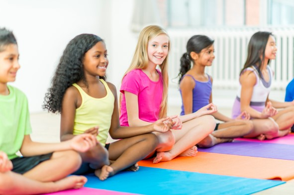 niños practicando yoga