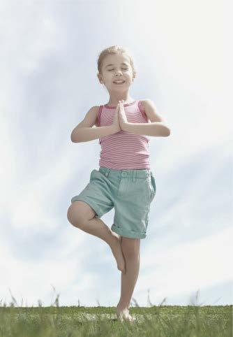 Niña haciendo pose de árbol de yoga